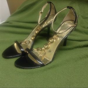 Guess   Black patent leather insignia heels